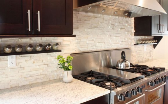 Horizontal stone tile backsplash